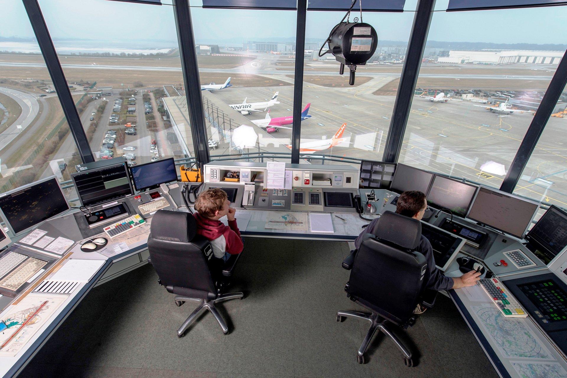 在公认的机场交通繁忙时期, 比如暑假, 终端机区域频繁的大量到达航班迫使管制员将一些飞机送入等待模式.
