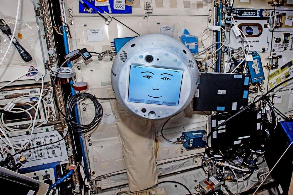 """人工宇航员助理CIMON-2的新任务:人工智能控制, 飞行球将与欧空局宇航员马蒂亚斯·毛雷尔在国际空间站上进行科学实验,并在轨道上提供教育服务. CIMON-2已经登上了国际空间站,马蒂亚斯·毛雷尔计划在今年秋天与""""3号机组""""一起执行""""宇宙之吻""""任务. 美国航天机构DLR和空中客车公司签署了一项任务合同,与四名人类合作伙伴一起提供""""在轨""""任务."""