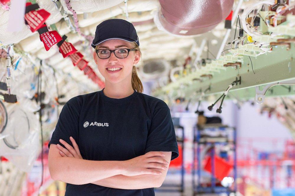 Rabea, macht eine Ausbildung zur Fluggerätelektronikerin in Hamburg.
