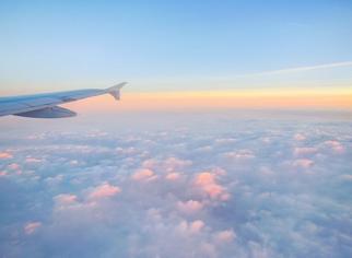 飞机的翼飞行在云端上方