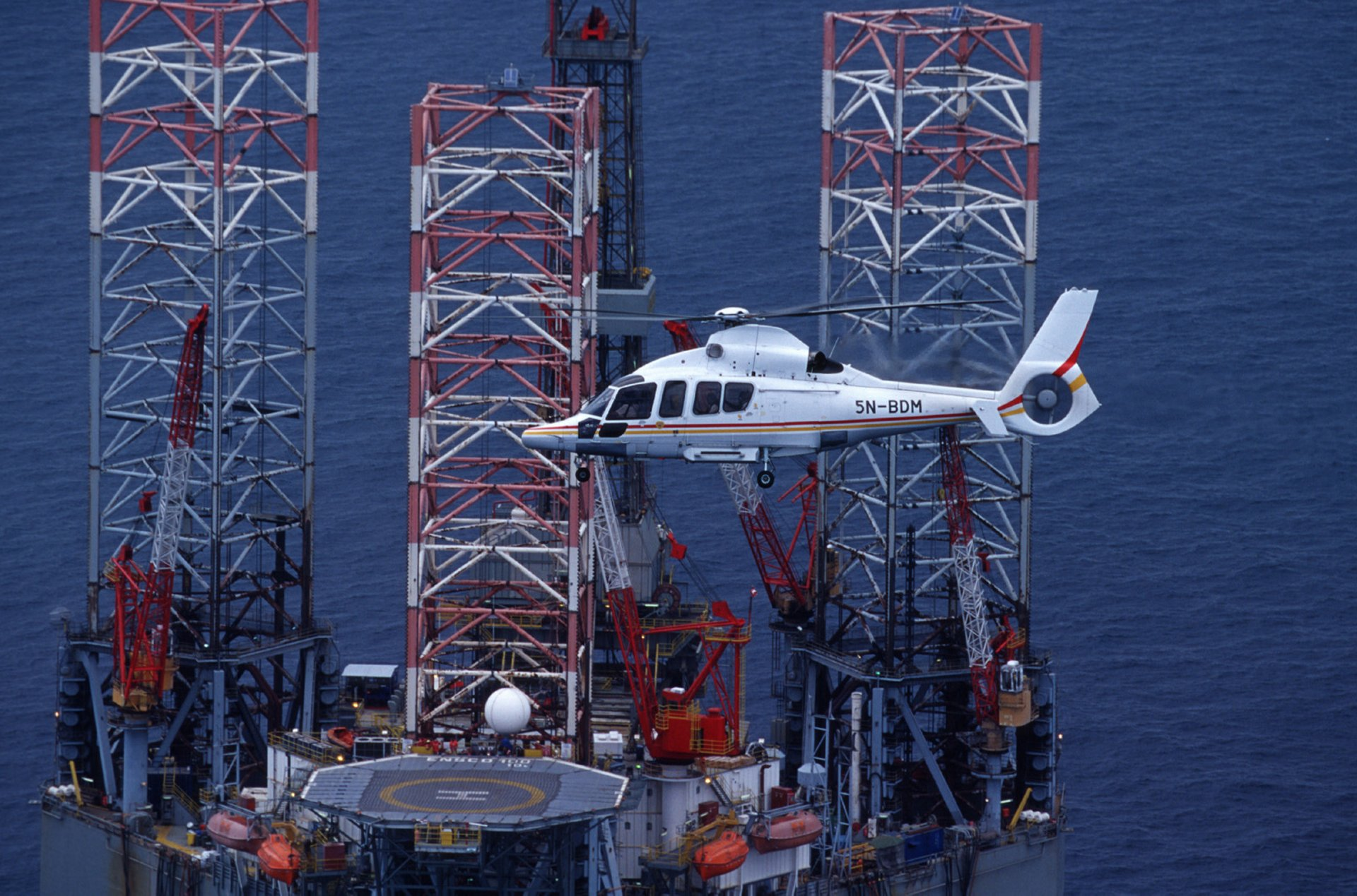 The H155 fulfils the most stringent safety requirements for missions to offshore platforms, with full authority digital engine controls (FADEC), a 4-axis automatic flight control system and cutting-edge digital avionics to reduce pilot workload and support the highest levels of flight safety.