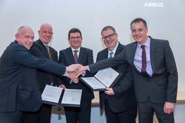Airbus Defence and Space; Unterschrift Industrievertrag MERLIN Phase CD incl. Start;v.l.n.r.:Hr.Wolke, Dr.Gruppe,StS Pschierer,Dr.Menking; Hr. Settelmeyer;17.02.2017;Taufkirchen