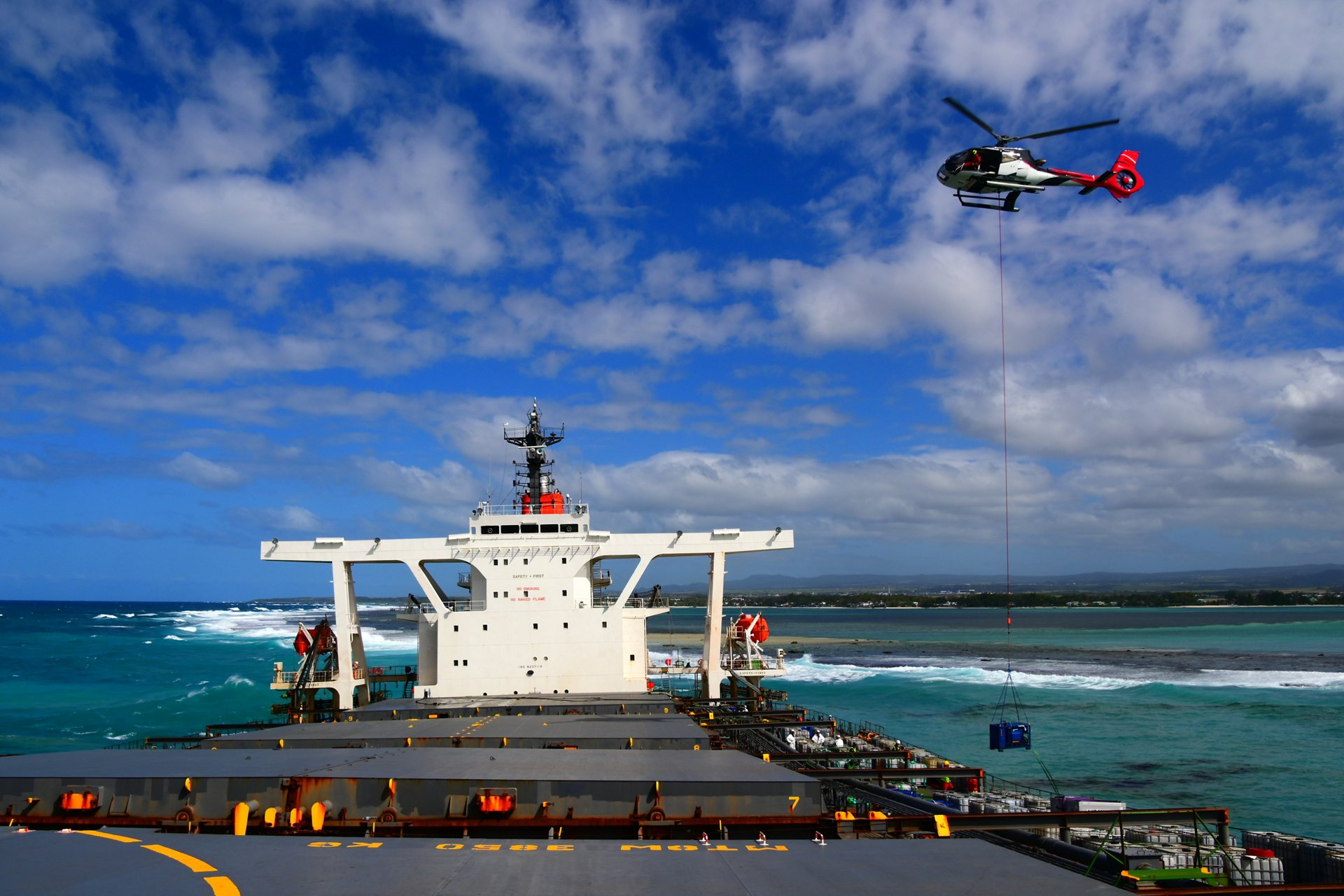 Once a tourist and passenger flight helicopter, Corail Helicopters Mauritius equipped their H130 with a hook and sling, transforming it instantly into a high-performance aerial work platform.