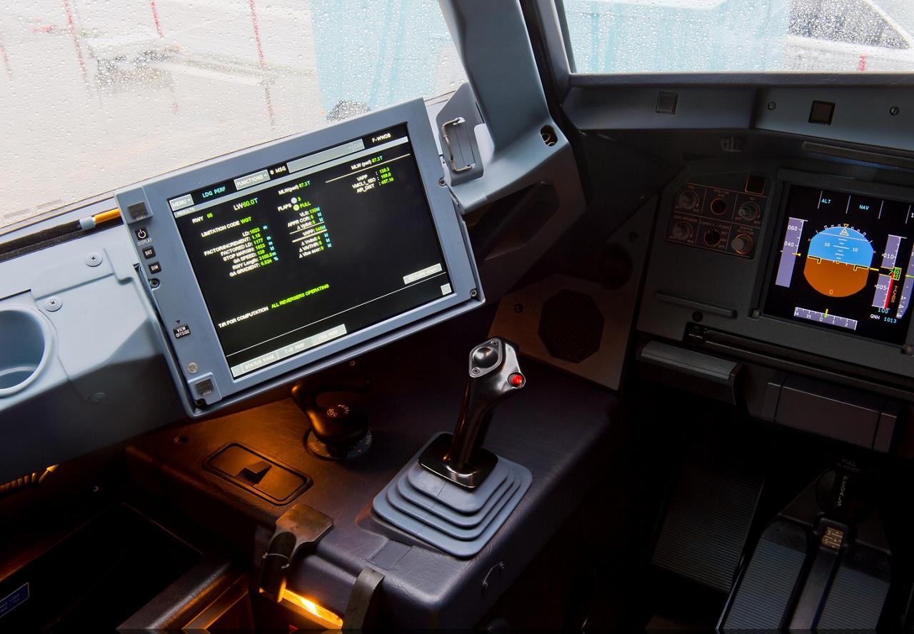 EFB Class Cockpit QTR A320 MSN5182 Cropped