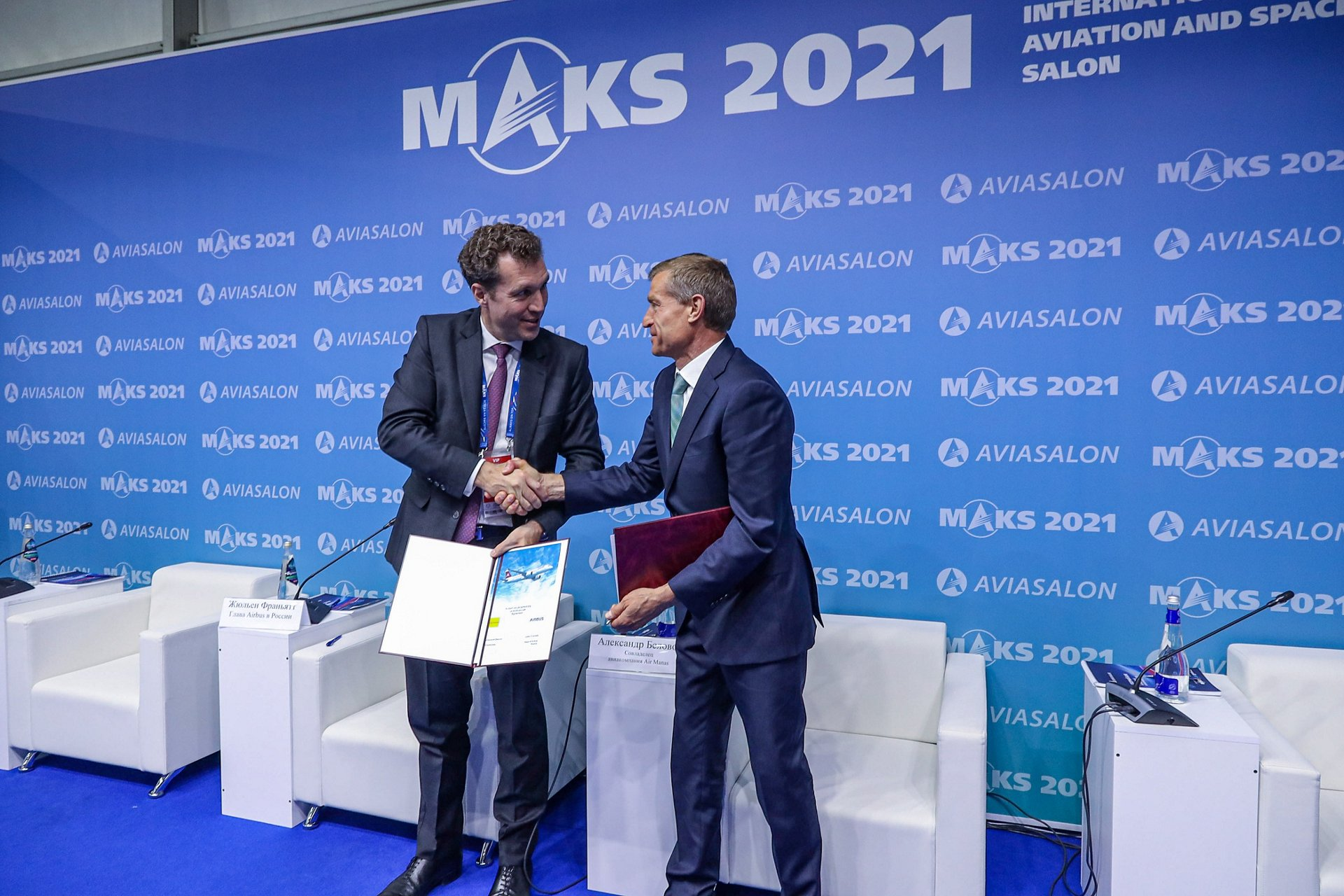 Julien Franiatte, Head of Airbus Russia & CIS and Alexandr Belovol, Shareholder of Air Manas signing the contract
