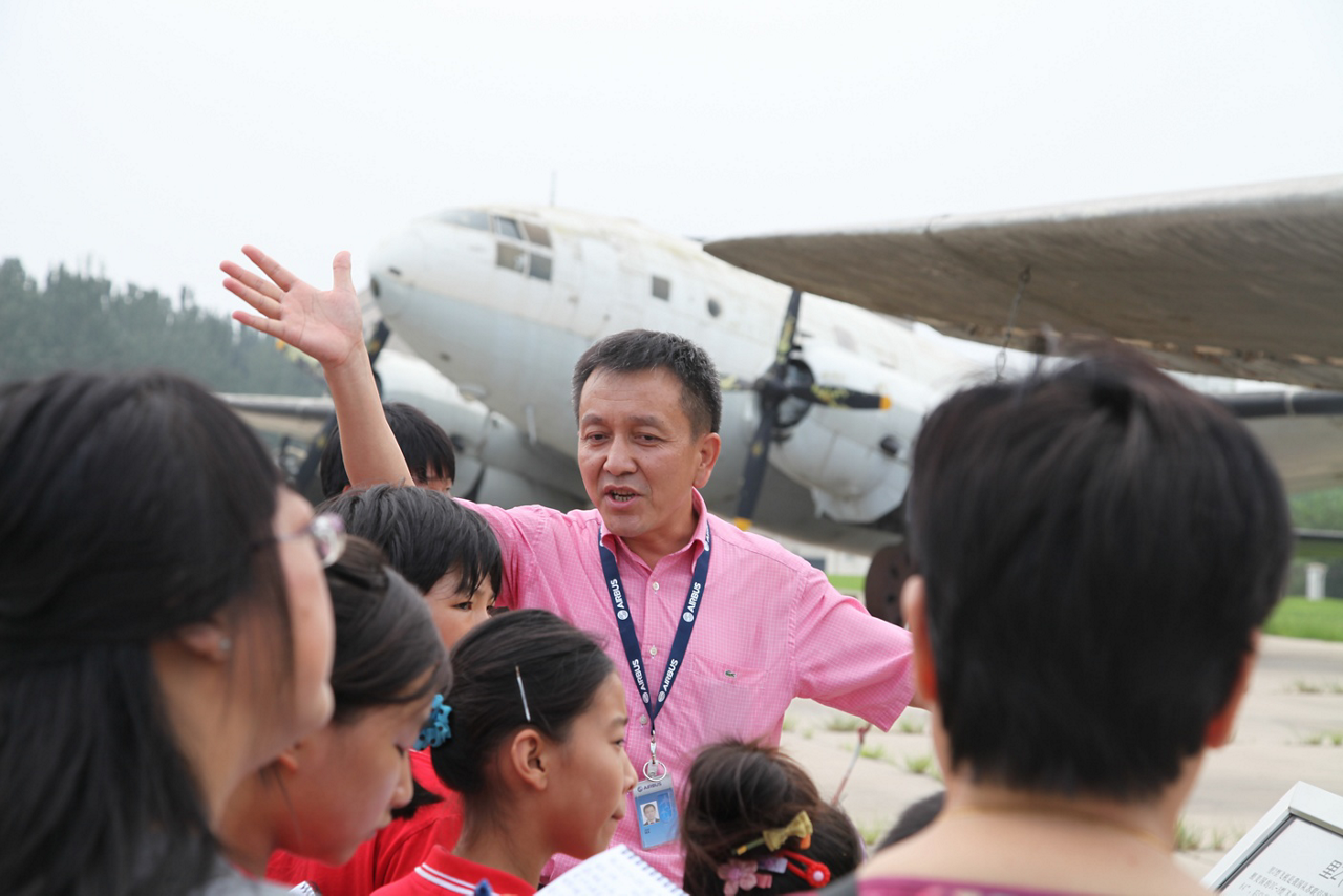 Students receive guidance as part of the Airbus Foundation-supported Dreams Come True programme in China.