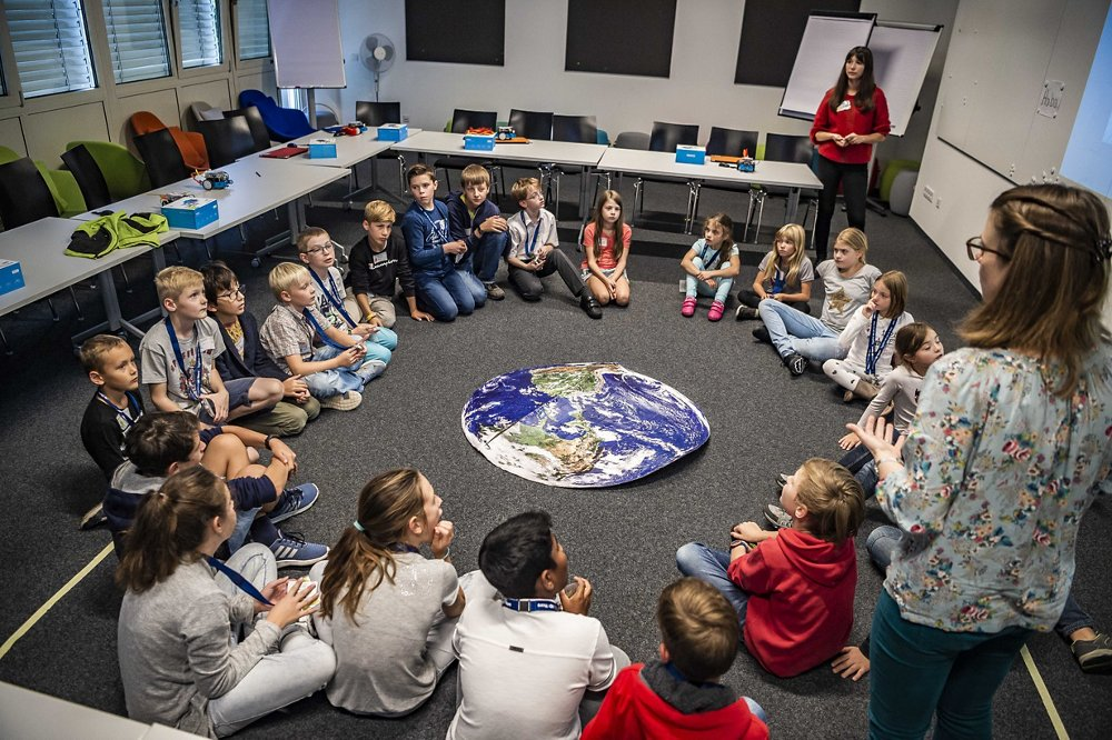 A total of 24 schoolchildren from Class 4c at Ottobrunn primary school (Grundschule Ottobrunn) already took part in the first workshop on 12 October, where they had the chance to build and programme robots.