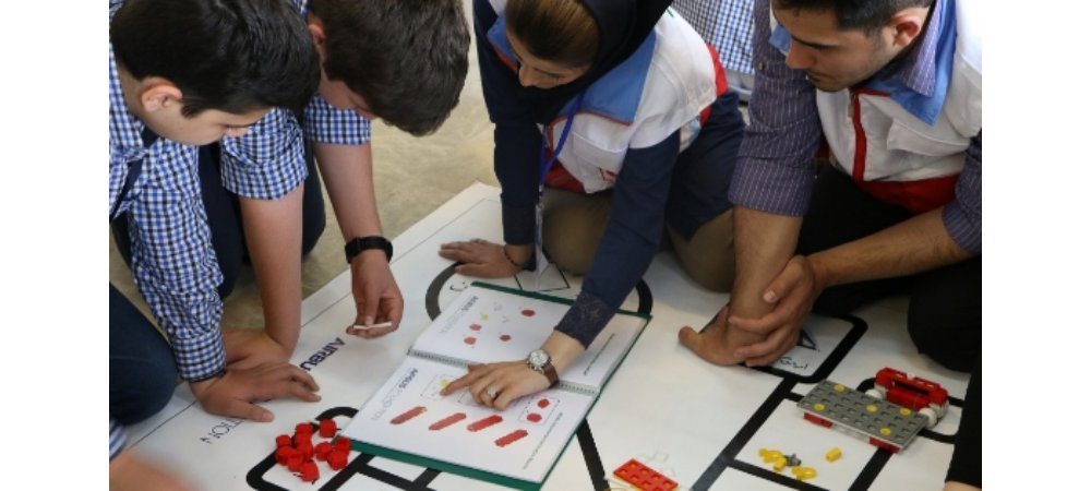 Iranian students learn about robotics and resilience techniques in an Airbus Foundation-supported humanitarian workshop.