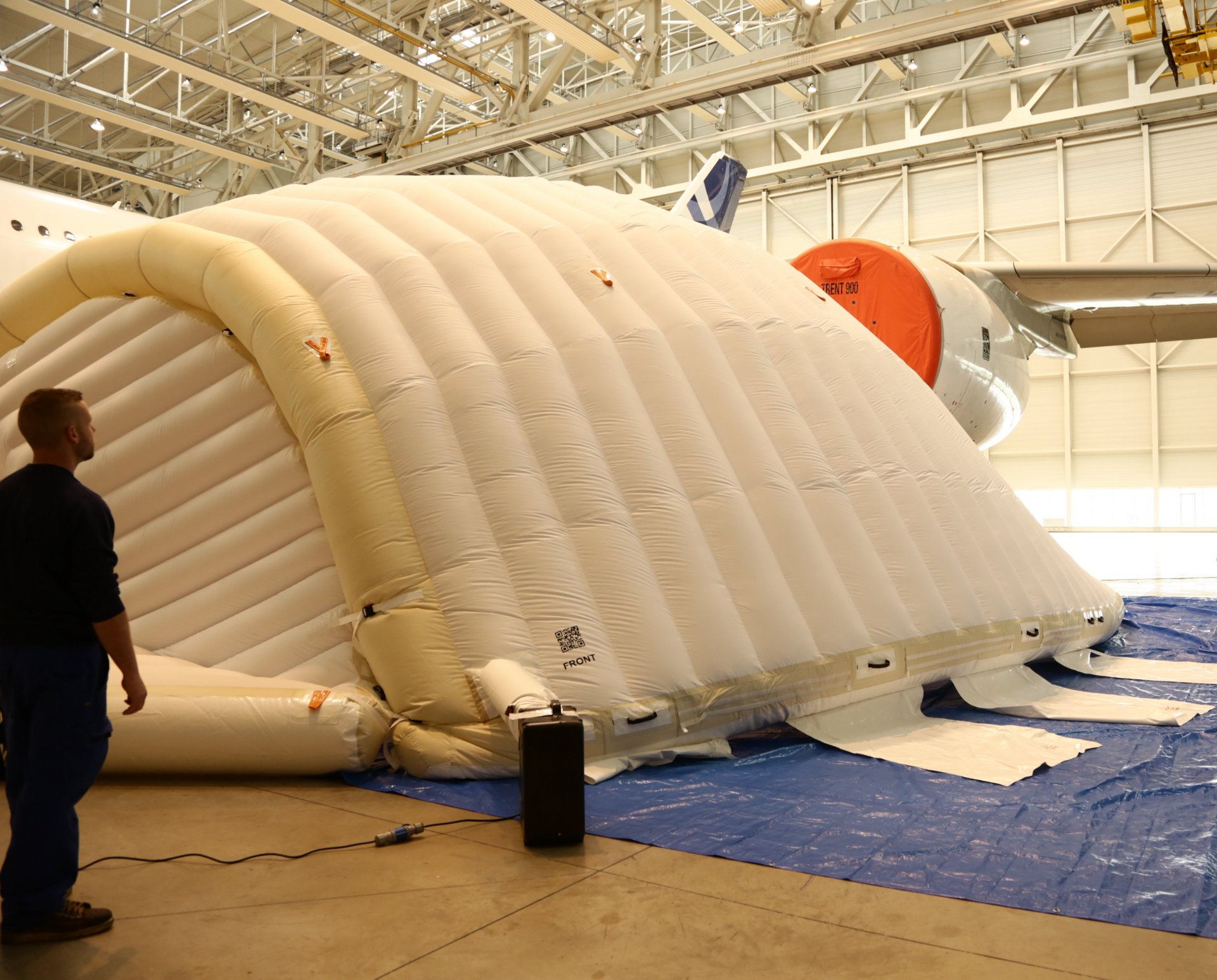 Inflatable tent for engine maintenance 5