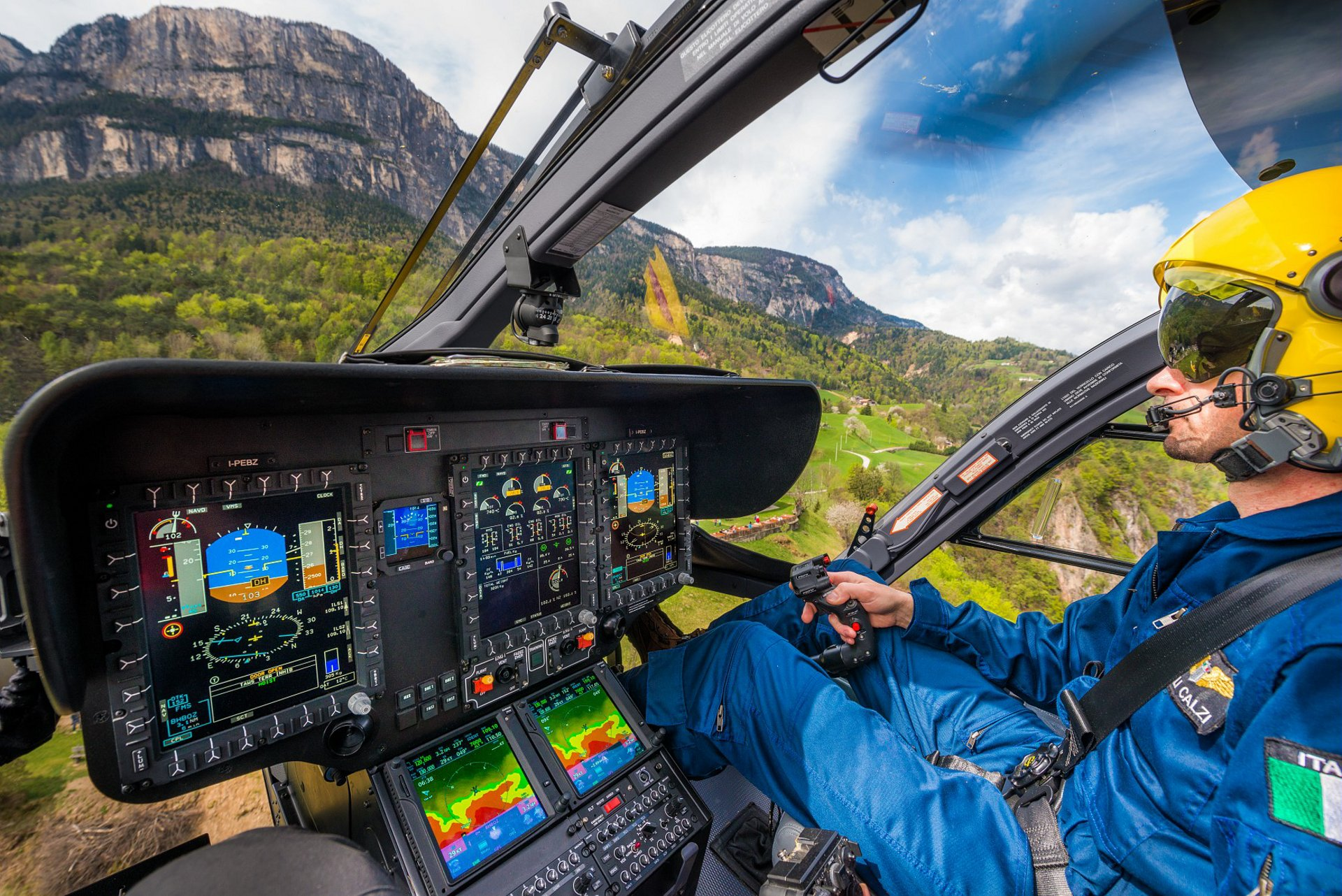 Compared with Helionix Step 2, Helionix Step 3 improves the situational awareness of pilots and flight crews, thanks to the new Synthetic Vision System which identifies obstacles.