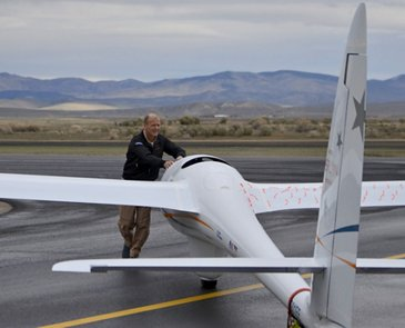 AG真人计划 CEO Tom Enders worked alongside the Perlan 2 glider team in Nevada