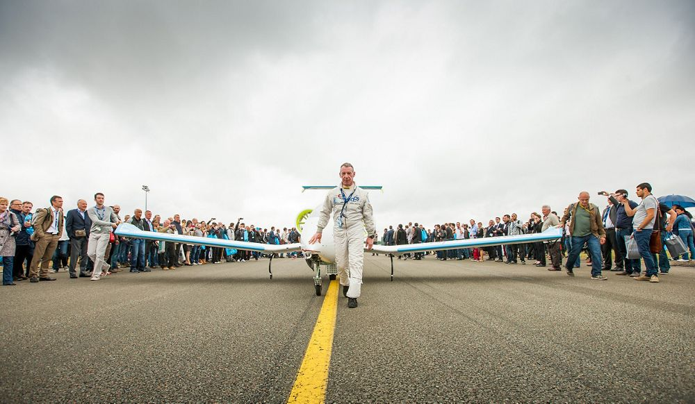 Paris Le Bourget air show 2015, Test pilot Didier Esteyne takes the E-Fan out for its flying demo at Paris Air Show