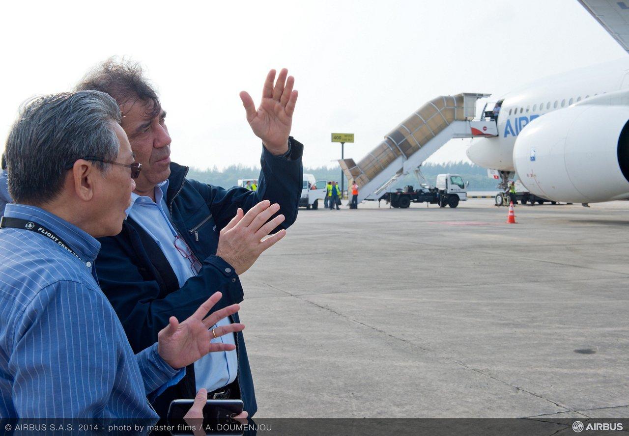 Fernando Alonzo and Singapore Airline pilot visiting A350 XWB