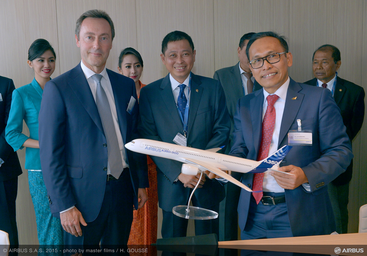 """Arif Wibowo, CEO of Garuda Indonesia (standing at right with Airbus President and CEO Fabrice Brégier): """"With its reduced fuel consumption, range capability and extra wide cabin, the A350 XWB will be one of the options for us to reposition ourselves as a leading premium carrier in the competitive long haul market out of Asia"""""""