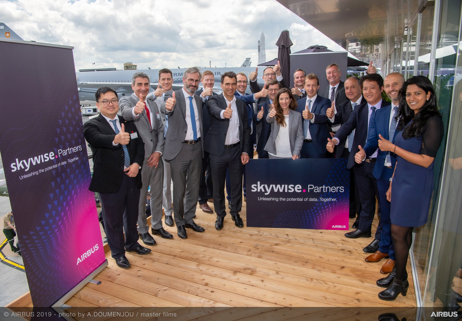 Accenture, Capgemini, FPT Software, IBM, and Sopra Steria will become early adopters of the Skywise Partner Programme after signing agreements with Airbus; the partners celebrate these signings with Airbus CEO Guillaume Faury, Digital Transformation Officer Marc Fontaine and Julie Kitcher, Executive Vice-President Communications and Corporate Affairs