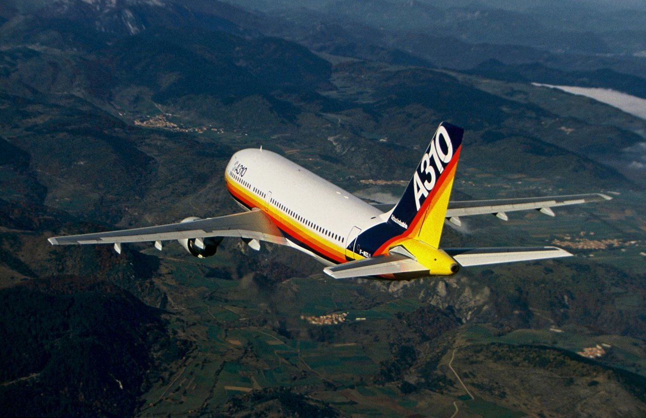 The A310-200 successfully performs its maiden flight of 3 hours and 15 minutes on 3 April 1982, during an operation piloted by Bernard Ziegler and Pierre Baud