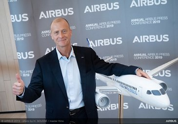 Annual Press Conference 2019 - Tom Enders with A220-300 model