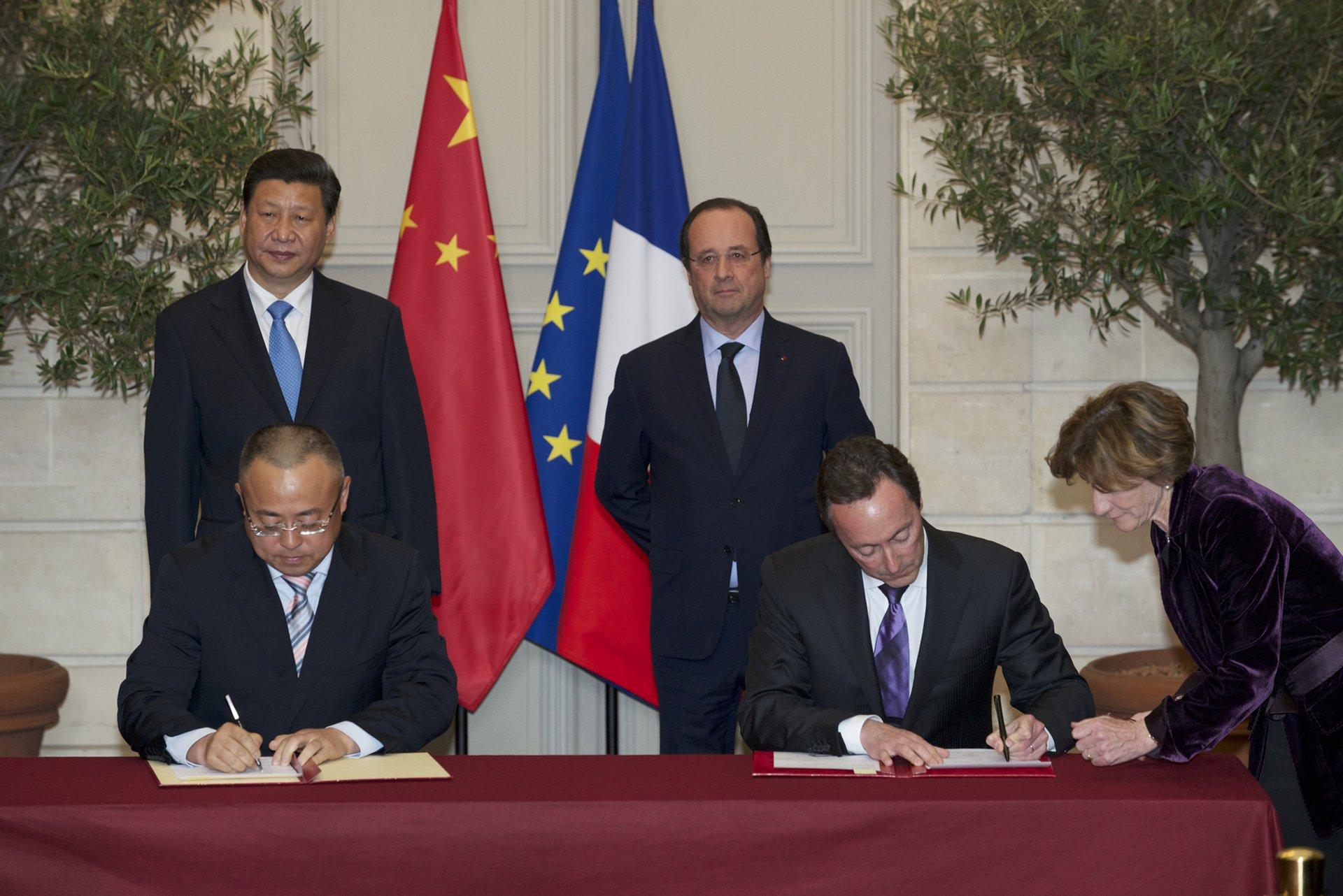 Signatures avec la Chine. Palais de l'Elyséee, Paris, le 26 mars 2014.Contrat cadre général entre Airbus et CASCG sur les commandes d'avions. Signataires ; M. Fabrice Brégier, Président d'Airbus et M. Li Hai, Président de la CASC.