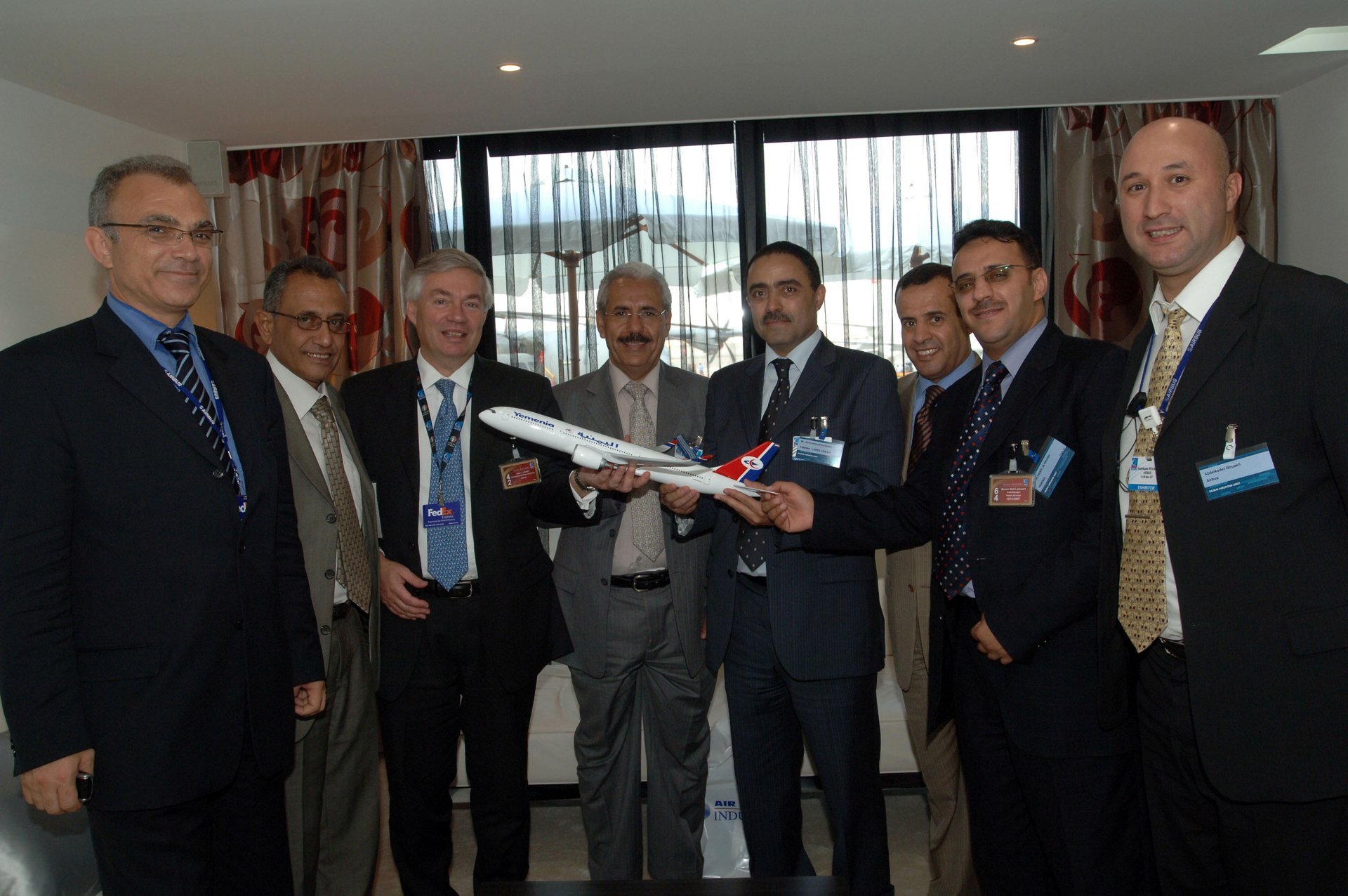 Executives from Yemenia and Airbus mark the Yemen carrier's contract for 10 A350 XWBs (13 November 2007)