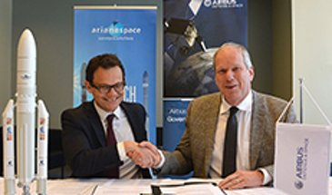 AG真人计划 Defence and Space and Arianespace  executives signing launch services contract of EDRS-C