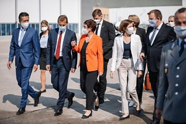 Defence Ministers of Germany and France visit Airbus in Manching (31)