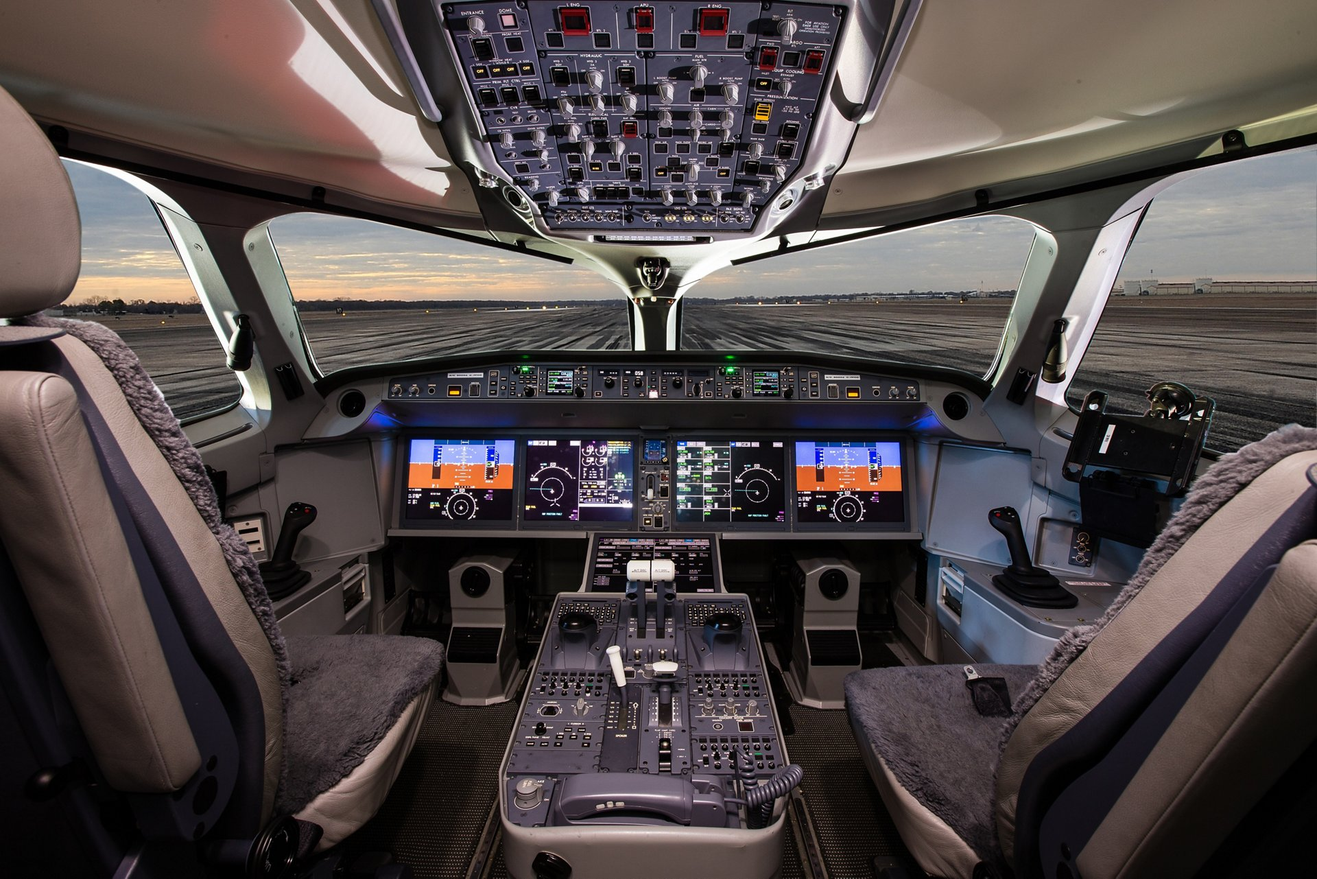 The larger member of the A220 Family, the A220-300, shares high levels of commonality with the A220-100 variant – including in the cockpit – allowing a seamless transition between the two versions for pilots and the cabin crew