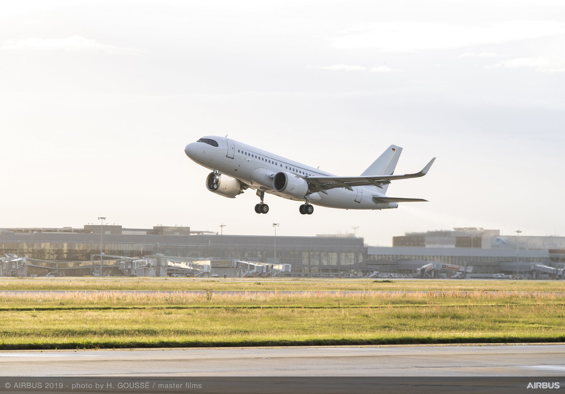 With its test flight performed 26 April, the first ACJ319neo set a new record for the longest A320 Family flight by an Airbus crew