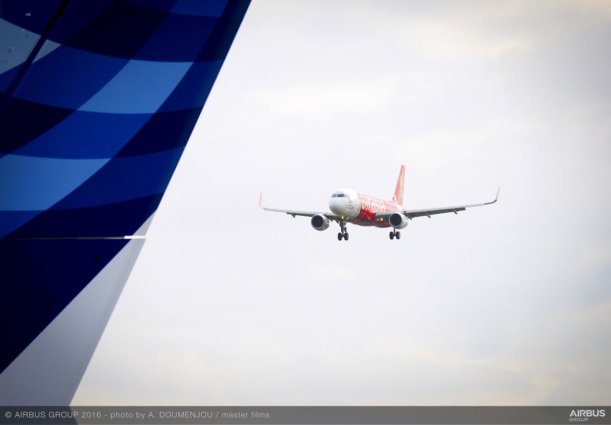 Farnborough Airshow_Day 2_AirAsia A320 arrives 1