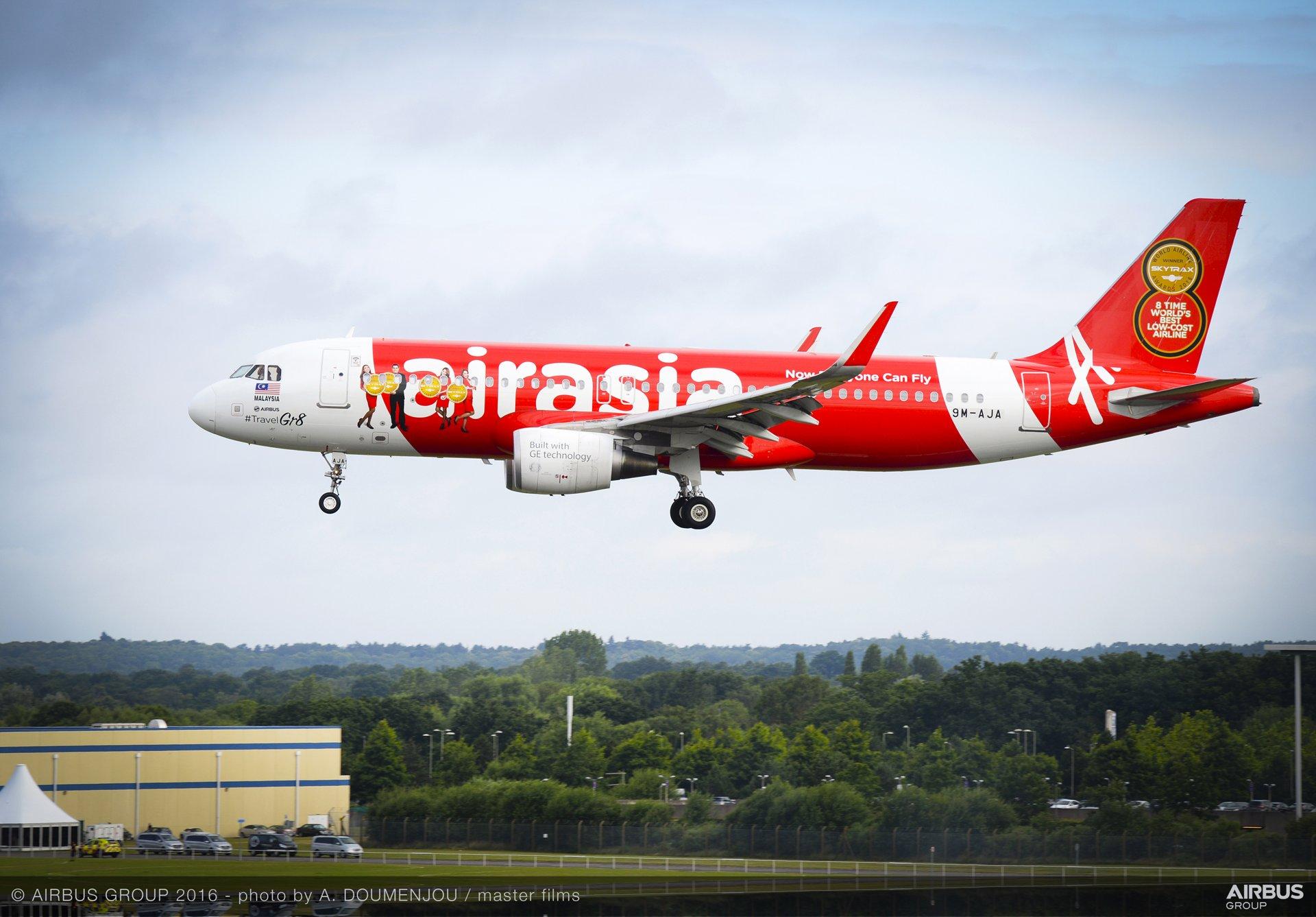 Farnborough Airshow_Day 2_AirAsia A320 arrives 2