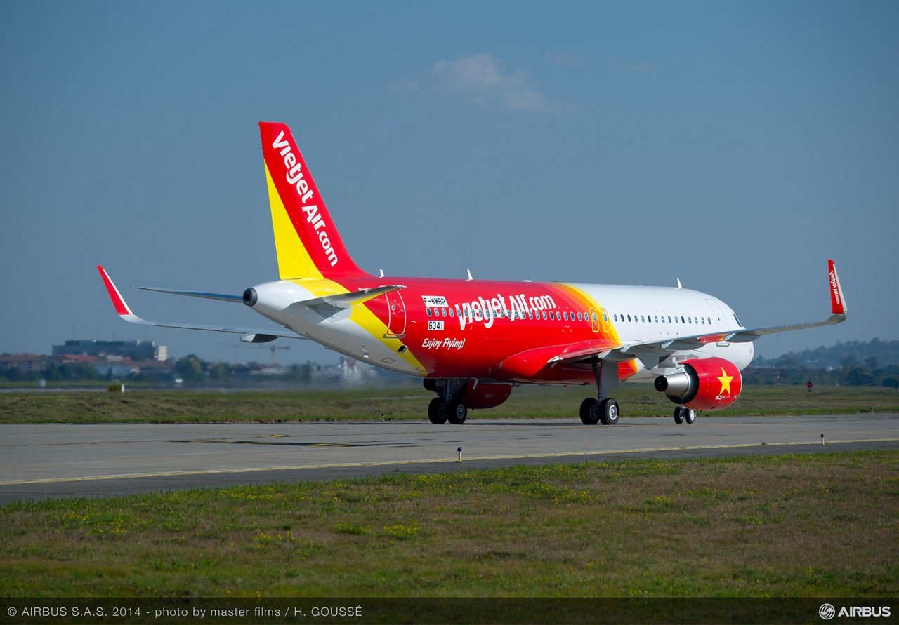 VietJetAir's no. 1 A320 on order from Airbus completes first flight_2