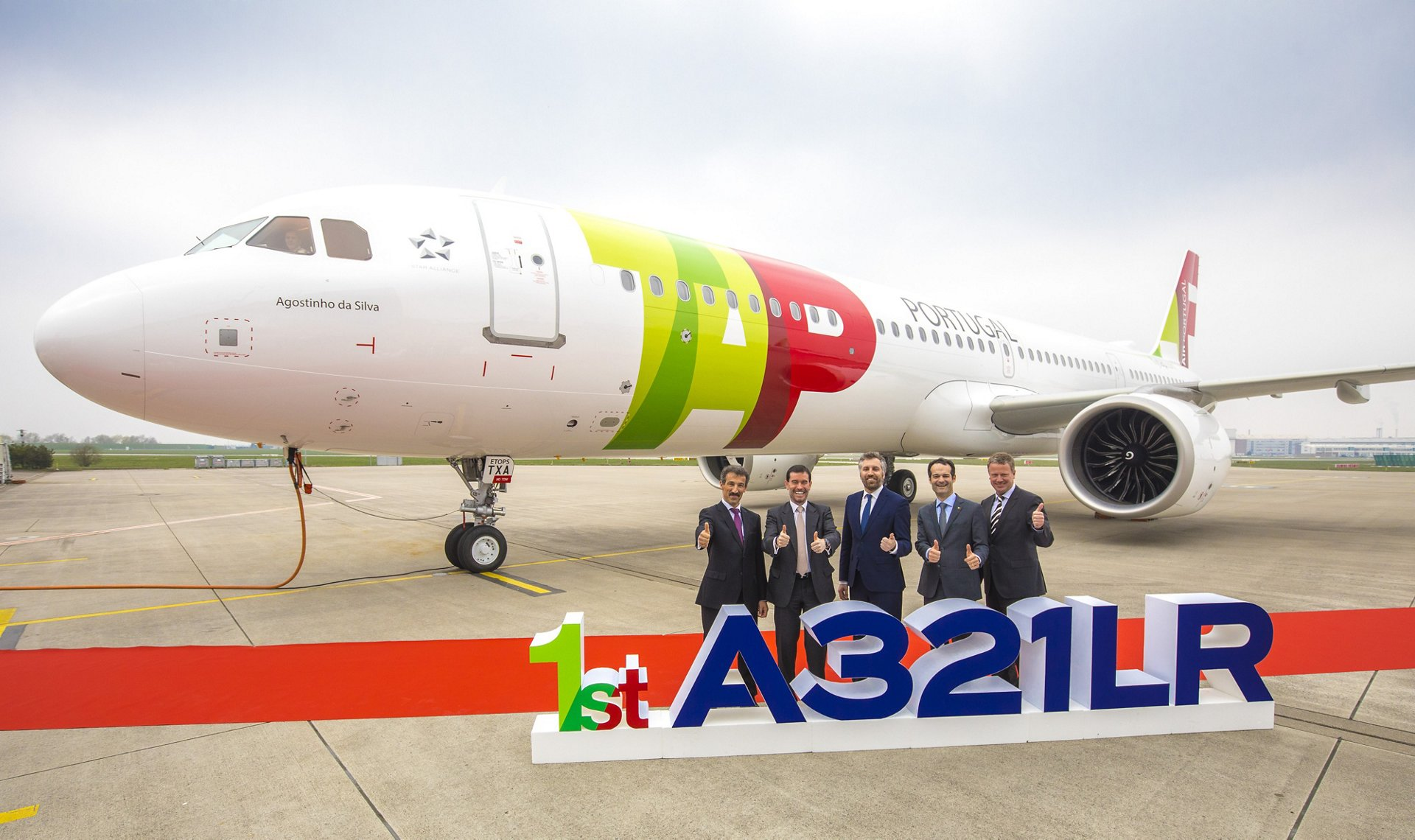 The delivery of TAP Air Portugal's first A321LR is marked by (from left to right): Bruno Castola, General Manager Airbus Programmes, CFM International; Miguel Frasquilho, Chairman, TAP Air Portugal; Pedro Nuno Santos, Minister of Infrastructures and Housing, XXI Constitutional Government of Portugal; Antonoaldo Neves, Chief Executive Officer, TAP Air Portugal; and Klaus Röwe, Senior Vice President - Head of A320 Family, Airbus