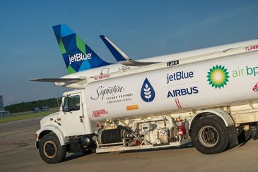 Supply truck with sustainable jet fuel blend for a JetBlue A321