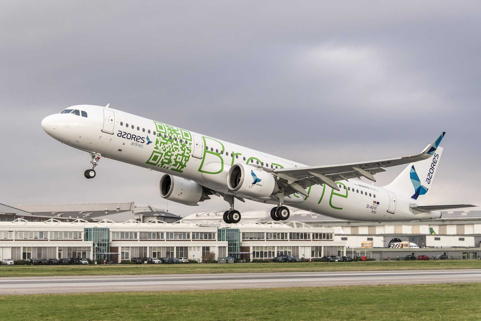 Azores Airlines' first A321neo taking off from the Airbus Hamburg site