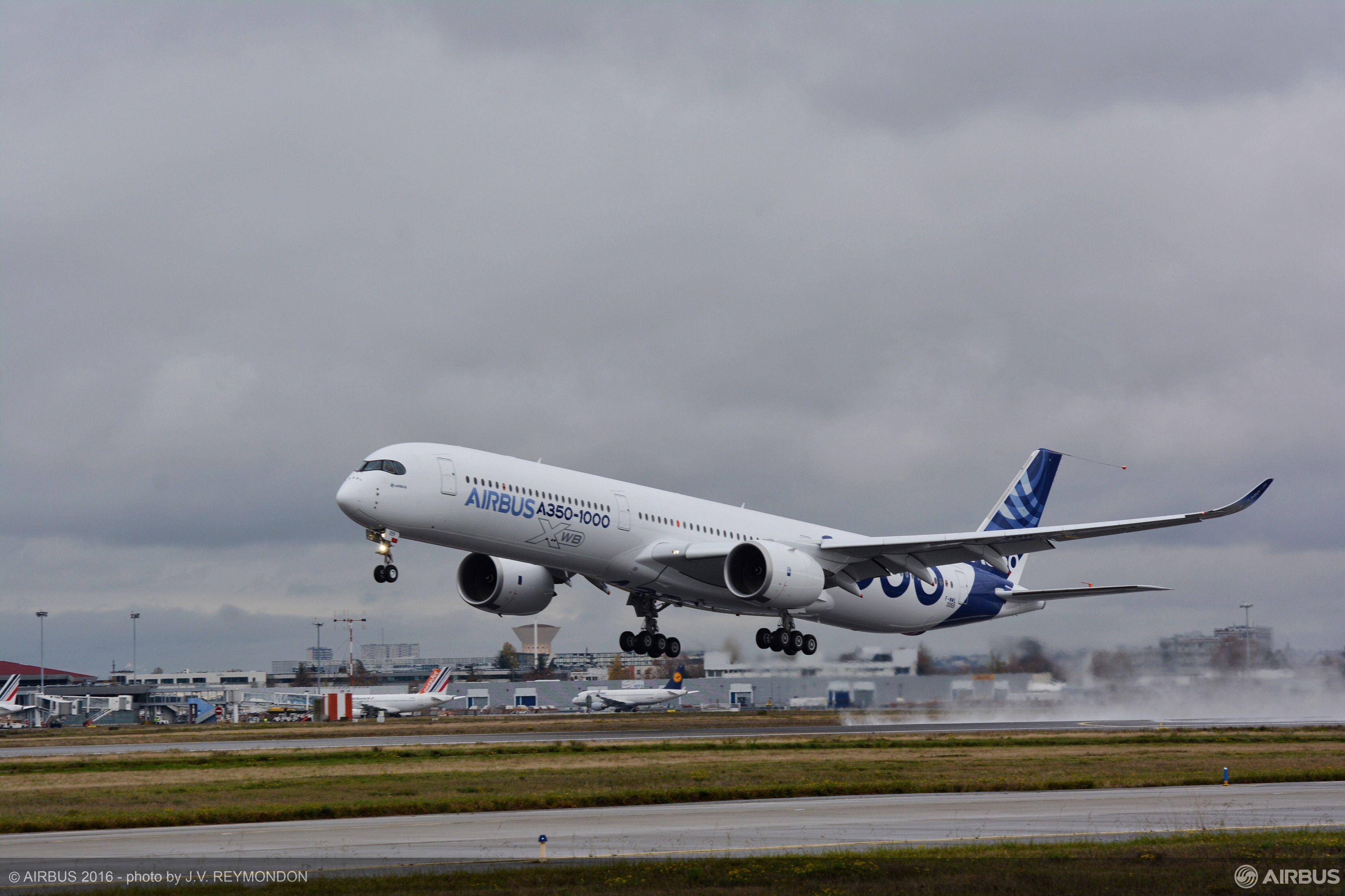 Airbus A350 1000 Startet Zu Erstflug
