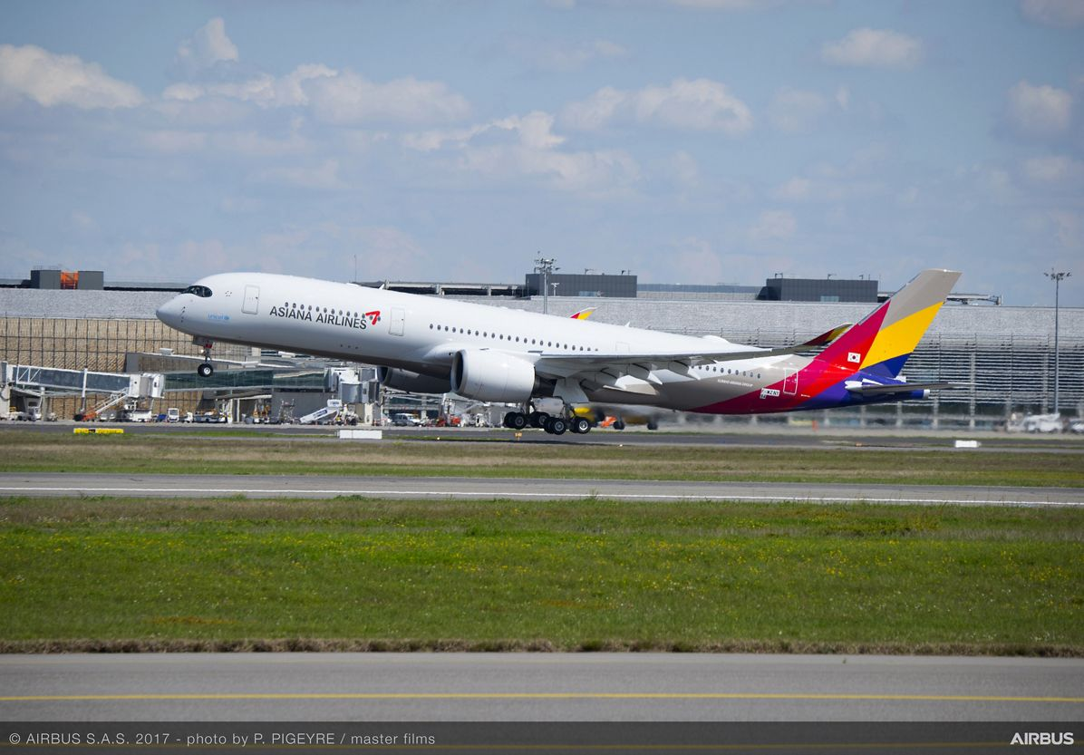 Asiana Airlines' first A350 XWB_Take-off 3
