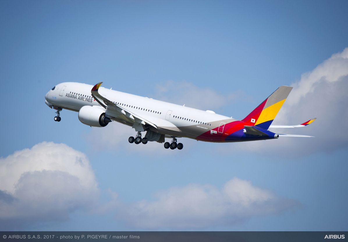 Asiana Airlines' first A350 XWB_Take-off 1