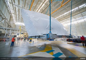 Transfer of first BelugaXL's main deck cargo door