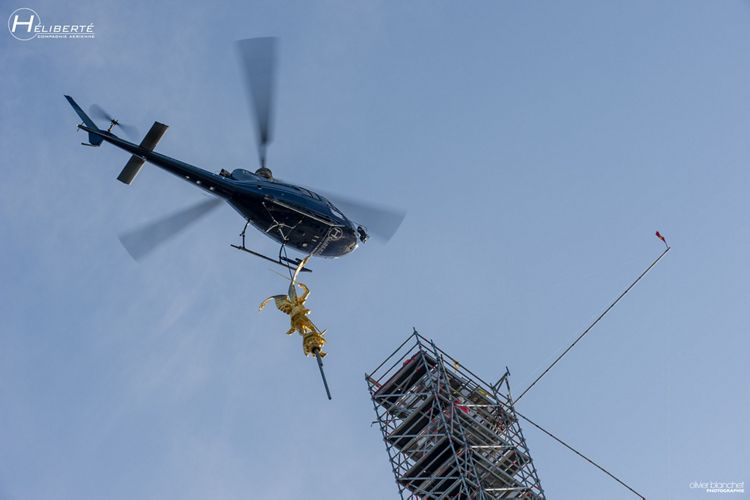 Pose de l'Archange au sommet du Mont Saint-Michel, Mont-Saint-Michel's archangel returns home by helicopter