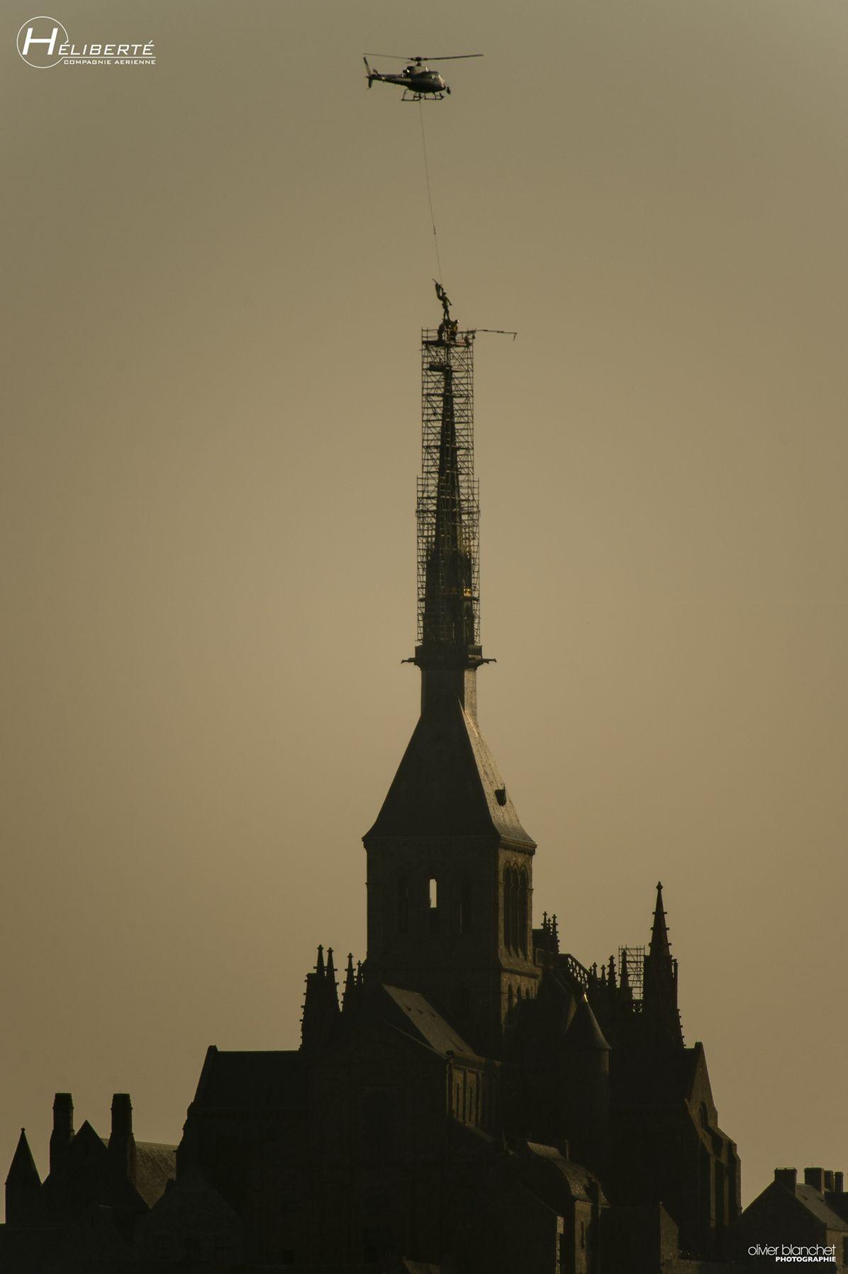 DEPOSE DE L'ARCHANGE MONT SAINT-MICHEL, Mont-Saint-Michel's archangel returns home by helicopter