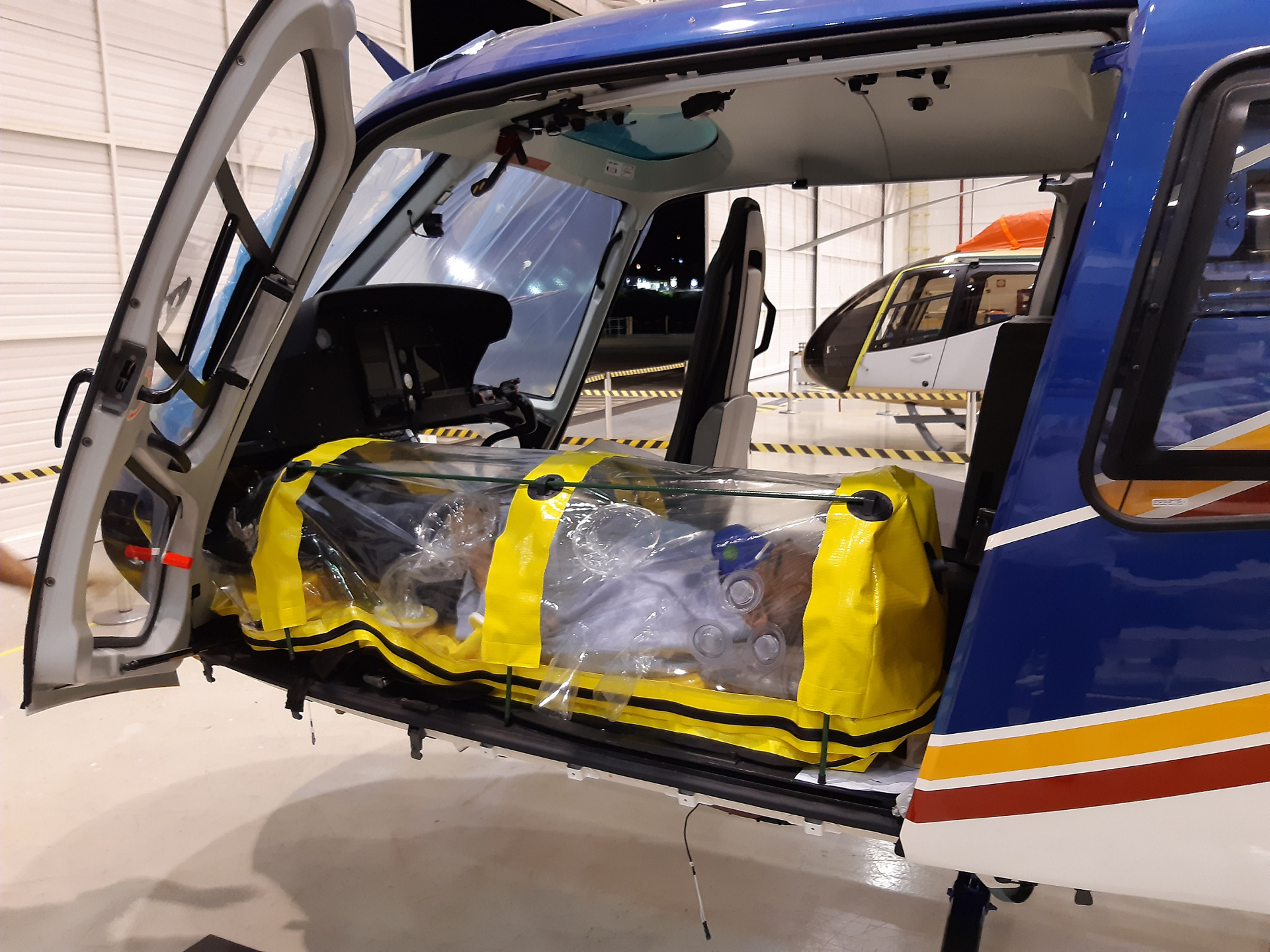 Helibras recently helped adapt a PID manufactured by a local supplier for the small cabin of the H125. PIDs are the most sophisticated type of protective unit available because they contain the patient environment and eliminate the need for disinfection.