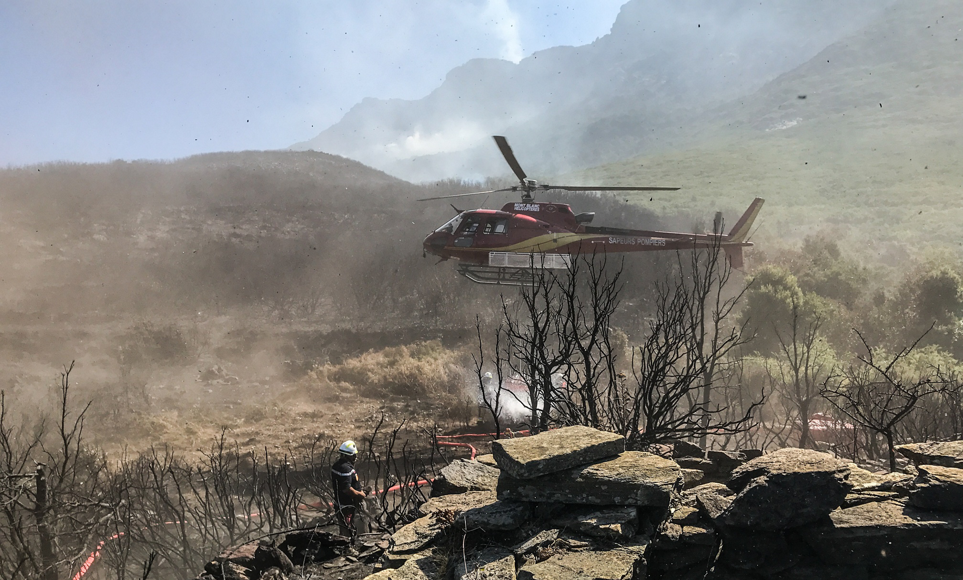 A Mont Blanc Helicoptères-operated Airbus rotorcraft supports firefighting efforts.