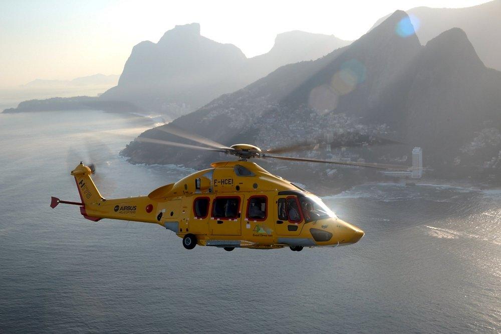 一架EC175直升飞机(后来重新指定为H175)在沿海地区飞行。