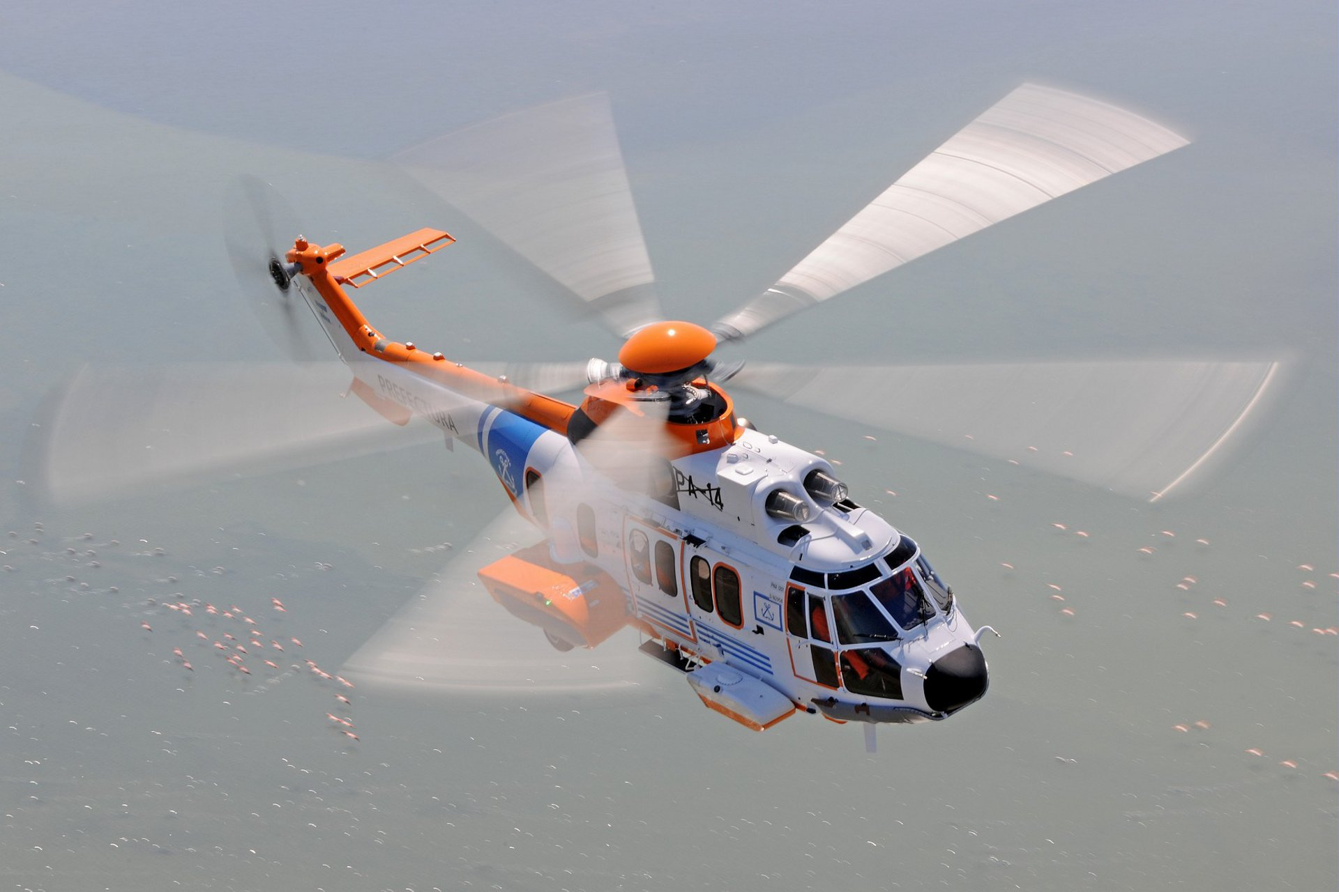 The H225 extensive range allow to fly to zones far from the coast and to operate day and night for rescue operations in extreme weather conditions