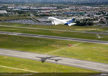 Airbus 50th anniversary - Formation Flight - A380 lands