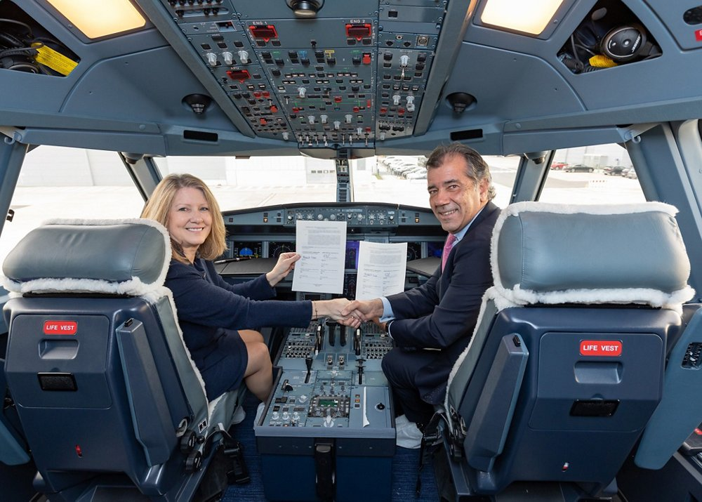 Michele Evans, EVP Lockheed Martin Aeronautics and Fernando Alonso, EVP Military Aircraft, Airbus Defence and Space in the cockpit of an A330MRTT upon signature of the Memorandum of Agreement between both companies.