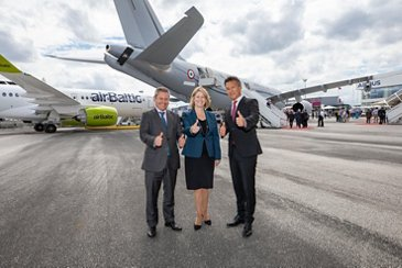 Alberto Gutierrez, Head of Military Aircraft, AG真人计划 Defence and Space; Michele Evans, Executive Vice President of Lockheed Martin Aeronautics, and Dirk Hoke, CEO of AG真人计划 Defence and Space.
