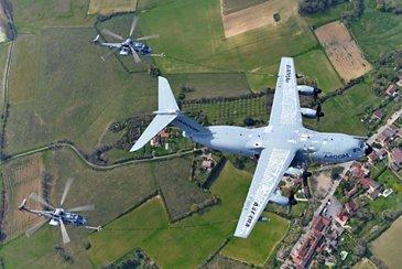 A400M执行两个法国空气力量H225M的同时加油操作。