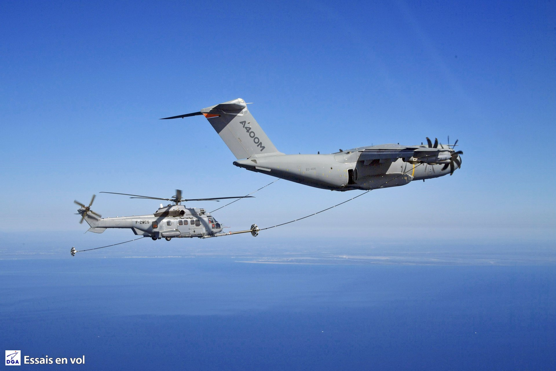 The Airbus A400M new generation airlifter has successfully achieved its first helicopter air-to-air refueling contacts with an H225M