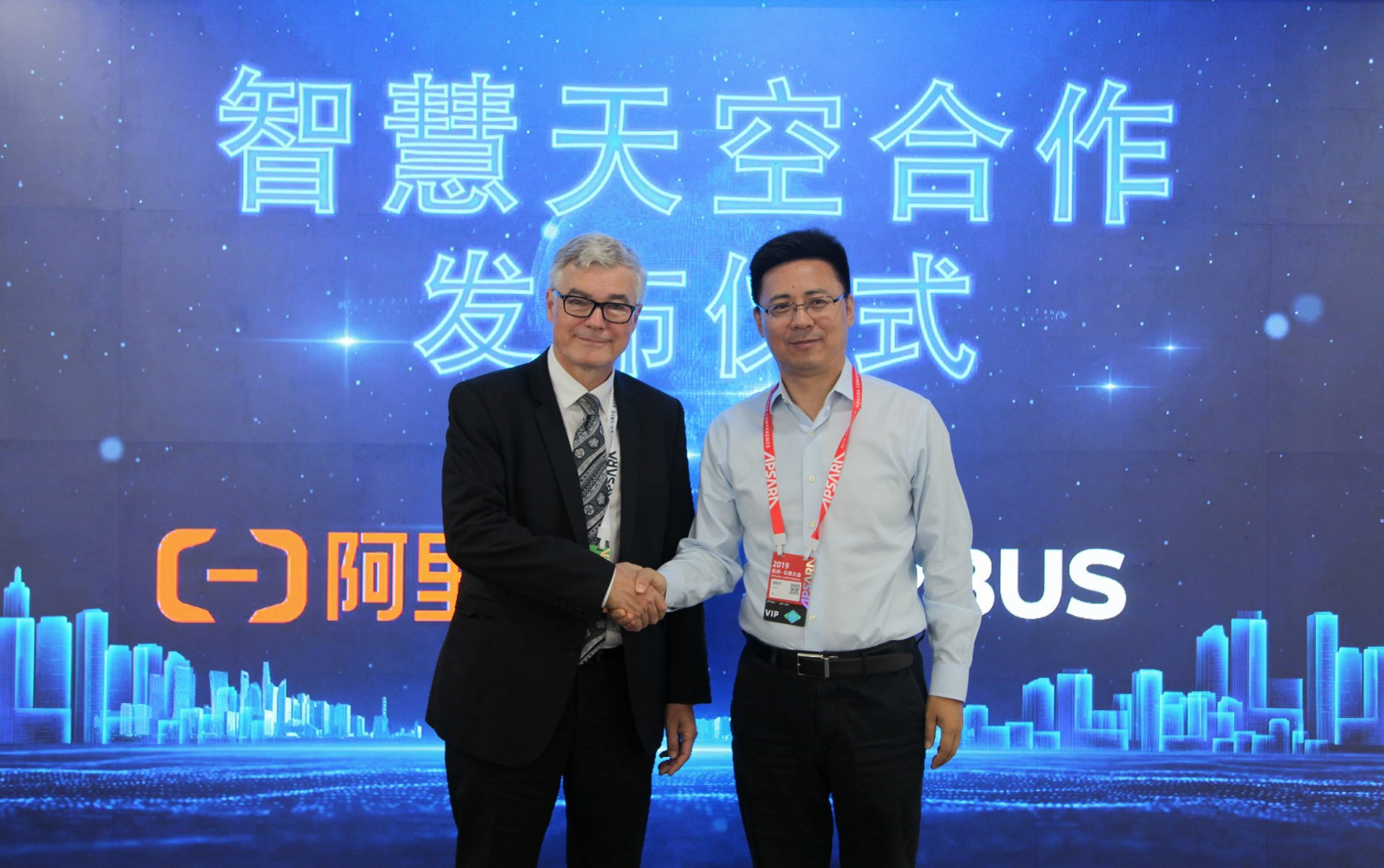 Airbus and Alibaba Cloud's cooperation to develop a Skywise Data Centre in China was announced by (left to right): Francois Mery, COO of Airbus China Commercial Aircraft (left) and Jerry Hu, Vice President of Alibaba Group, Head of CIO College