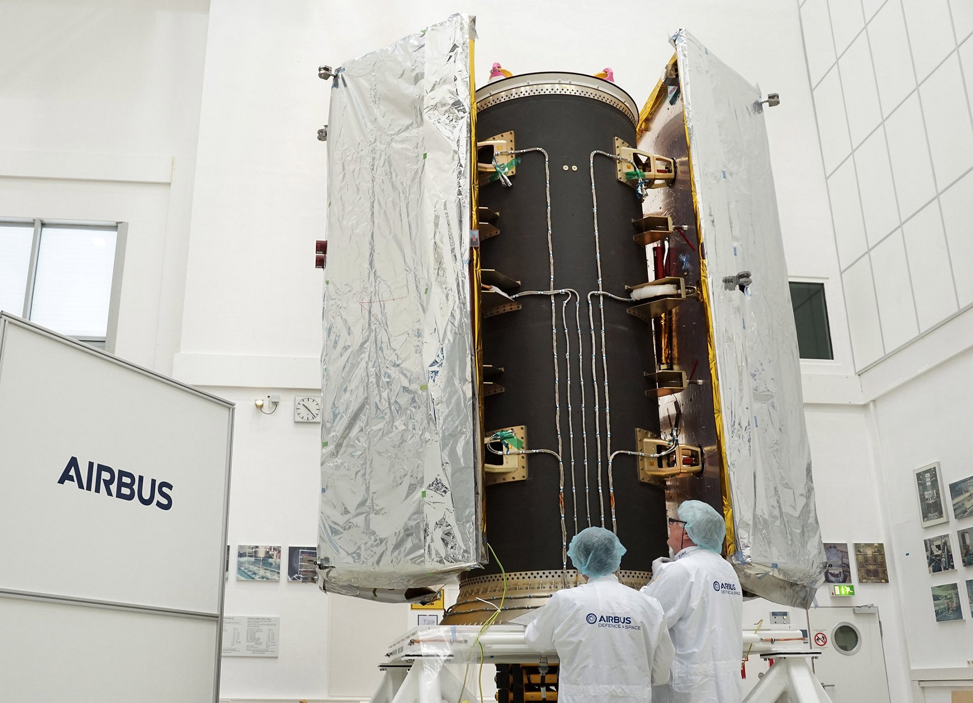 Airbus successfully tests Dispenser Structure for GRACE-FO satellites in its clean room in Friedrichshafen